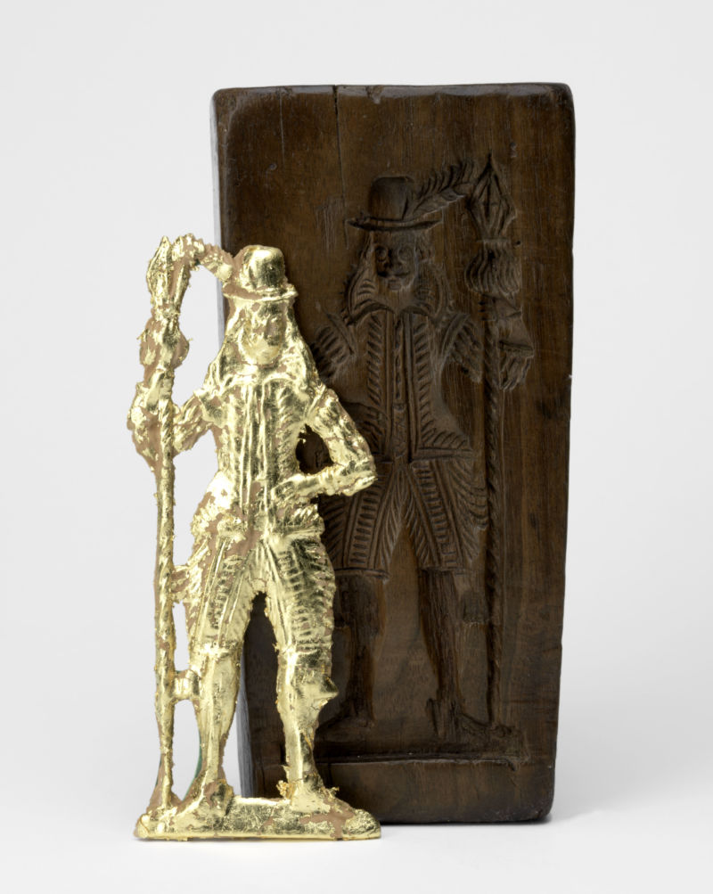 Front of a double-sided gingerbread mould with a militiaman, Netherlands or Belgium, c.1620. Fruitwood. 19.6 x 9.5 x 4 cm. Private collection. Displayed with a gilt gingerbread pressing by Ivan Day, 2019. Image courtesy of The Fitzwilliam Museum.
