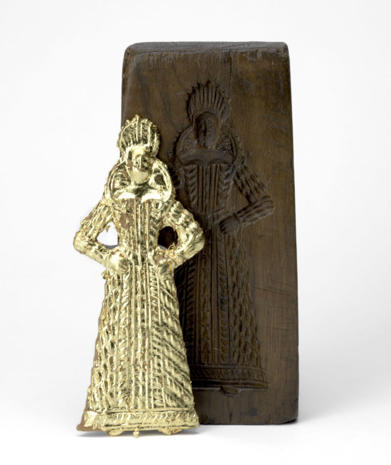 Back of a double-sided gingerbread mould with a gentlewoman, Netherlands or Belgium, c.1620. Fruitwood. 19.6 x 9.5 x 4 cm. Private collection. Displayed with a gilt gingerbread pressing by Ivan Day, 2019. Image courtesy of The Fitzwilliam Museum.